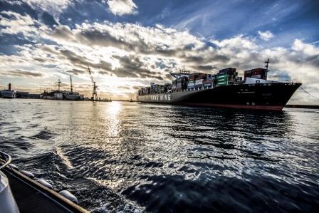 foto nave in porto trainata da rimorchiatore