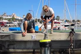 operatori marini col bidone Seabin