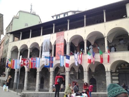 Commenda con bandiere internazionali