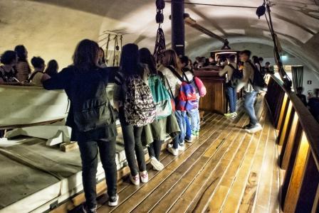 immagine di giovani visitatori intorno al brigantino