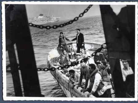 immagine guida della mostra con nave che affonda e scialuppa