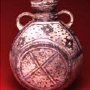 Fiasca con motivi geometrici e ornitomorfi, 1200 – 1400 d.C. (Chancay finale)