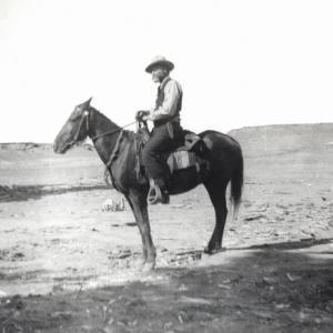 Capitano D'Albertis a cavallo