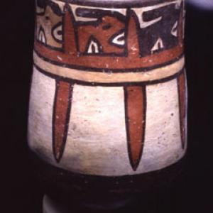 """Bicchiere con rappresentazione stilizzata di """"teste trofeo"""", 125 a.C. – 200 d.C. (Nasca 4)"""