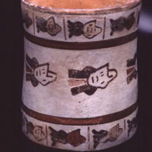 """Bicchiere con rappresentazione stilizzata di """"teste trofeo"""", 0 (?) – 125 (?) d.C. (Nasca 5) (?)"""