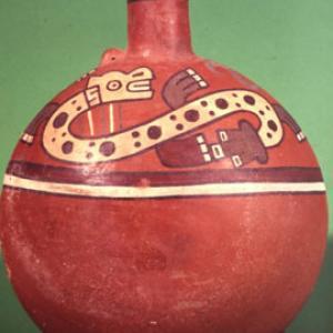 Bottiglia lenticolare con due figure serpentiformi,  540 – 630 d.C. (Nasca 9)