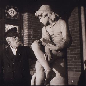 Il Capitano D'Albertis dinanzi alla scultura di Colombo Giovinetto