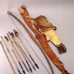 Faretra, frecce, arco, astuccio per arco, mazza e amuleto, fine '800 (Indiani delle Pianure)