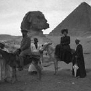 Gruppo di fronte a piramide e sfinge - Giza, Egitto (1908)