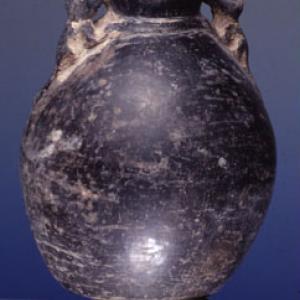 Vaso-bottiglia con due figure plastiche zoomorfe ai lati del collo