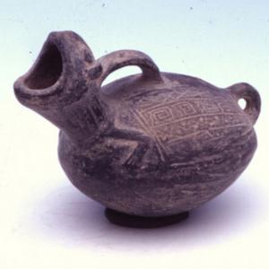 Vaso lenticolare decorato con motivi geometrici incisi