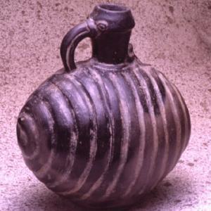 Vaso ovoidale con camera costituita dalle spire arrotolate di un serpente