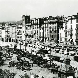 Piazza Caricamento e il portico della Ripa Maris