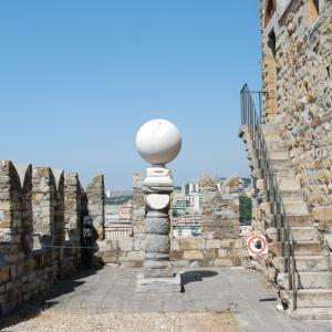 Meridiana marmorea globulare prima del restauro
