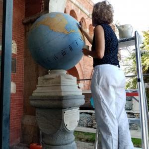 Meridiana marmorea globulare restauratrice all'opera