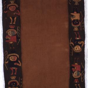 Tre frammenti di tessuto con decorazione di personaggi maschili con copricapo semilunato