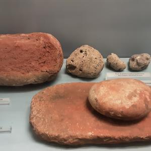 Blocco di ocra rossa e macinello in pietra