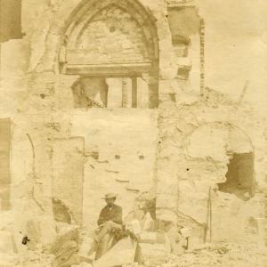 La porta principale del convento di san Tomaso in demolizione